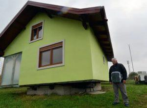 Чтобы порадовать жену, умелец соорудил вращающийся дом